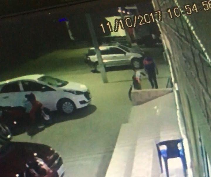 FURTO-DE-MOTO-EM-mONTEIRO Moto é roubada em frente a uma churrascariaem Monteiro
