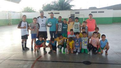 Vereador Valdo Cacheado doa bolas de Futebol e Futsal aos jovens Amparenses. 2