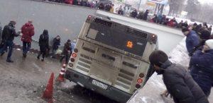onibus-sobe-em-calcada-e-bate-na-entrada-de-estacao-de-metro-em-moscou-1514208931566_615x300-300x146 Ônibus invade calçada e mata quatro pessoas
