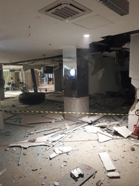 26804371_1153313654803954_3788574486155922599_n Grupo invade shopping, explode agência e faz reféns