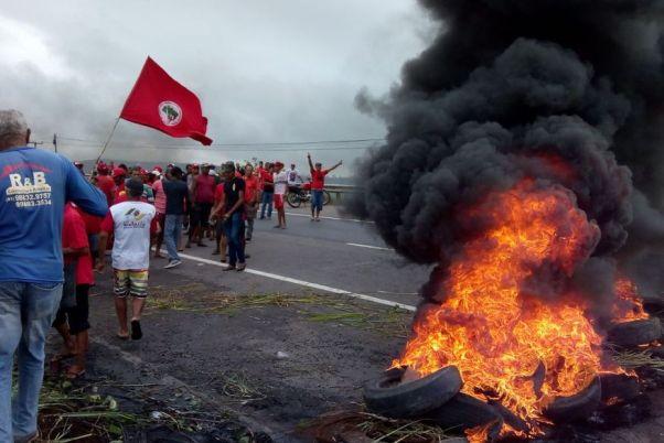 manifestacao_br Integrantes do MST interditam trechos de rodovias na Paraíba em protesto