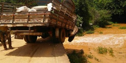 CaminhAo_caindo Vice-prefeito por muito pouco não despenca com caminhão de cima de ponte