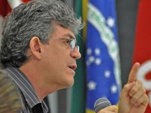 ricardo-coutinho-levanta-o-dedo-300x224-300x224 Ricardo Coutinho é condenado pelo TRE-PB a pagar R$ 30 mil