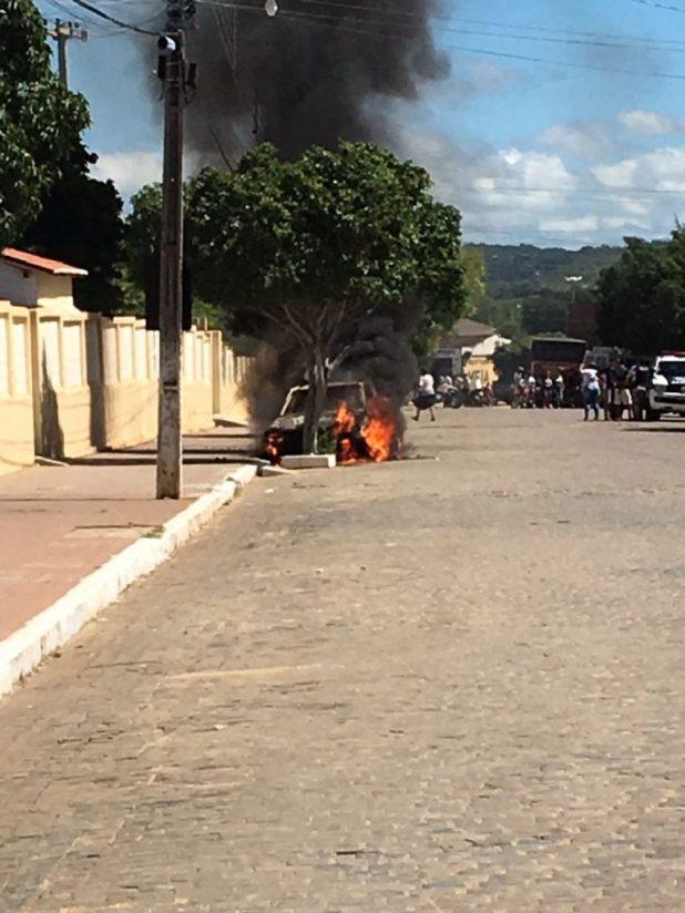IMG-20180419-WA0020-768x1024 Veículo pega fogo em frente ao Colégio Nossa Senhora de Lourdes em Monteiro.