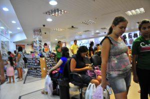 manodecarvalho-Economia-Natal-Compras-4-696x462-300x199 Dia do Trabalho altera horários de shoppings e serviços na Paraíba