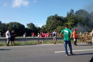 protesto_-_mst_-_pb-300x200 Carro fura bloqueio do MST na BR-101 e ocupante atira contra manifestantes