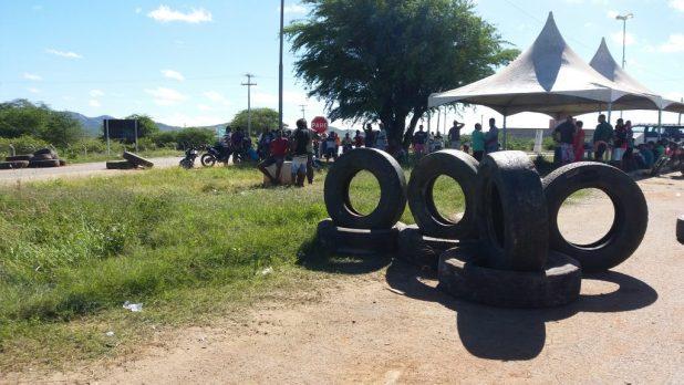 20180523_084906-1024x576 Em Monteiro: Caminhoneiros ocupam rodovias em protesto contra preço de combustíveis