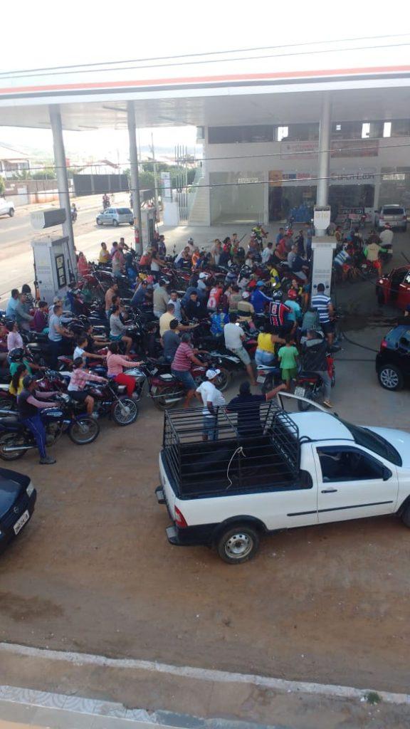 IMG-20180530-WA0141-576x1024 Motoristas enfrentam filas para abastecer em postos de gasolina em Monteiro