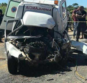Motoristas-morrem-após-acidente-entre-caminhonete-e-ambulância-300x286 Motoristas morrem após acidente entre caminhonete e ambulância