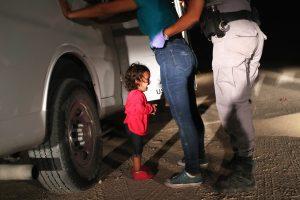 mundo-mexico-garota-hondurenha-chora-20180612-0001-copy-300x200 Trump recua e determina o fim da separação de famílias de imigrantes