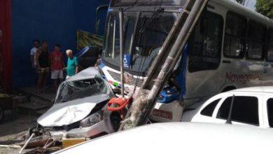 Ônibus invade calçada, destrói carros e deixa feridos no Parque da Lagoa; veja vídeo 5