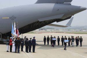 15326999675b5b253f7a9f5_1532699967_3x2_md-300x200 Coreia do Norte entrega restos mortais de soldados americanos desaparecidos