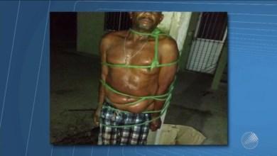 Homem é amarrado em poste por vizinhos após agredir e empurrar mulher 7