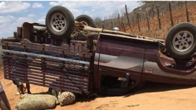 Caminhonete vira na zona rural de Barra de São Miguel e deixa 4 pessoas feridas 6