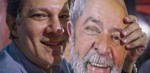fernando-haddad-posa-para-foto-segurando-mascara-com-o-rosto-do-ex-presidente-lula--300x146 PT deve trocar Lula por Haddad hoje