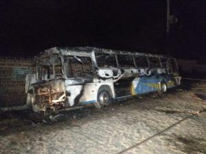 onibus-1-696x522-300x225 INSEGURANÇA: Ônibus incendiado e arrastão na UFPB marcam noite de quarta na capital
