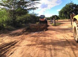 timthumb-8-300x218 Secretaria de Agricultura segue com recuperação de estradas e outros serviços em Monteiro