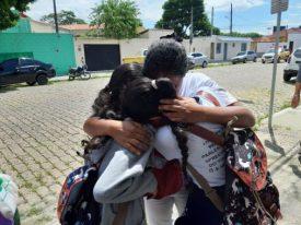 estudantes-se-abracam-apos-ataque-a-escola-de-suzano-507x380 Adolescentes encapuzados matam 10 e se suicidam em escola de Suzano
