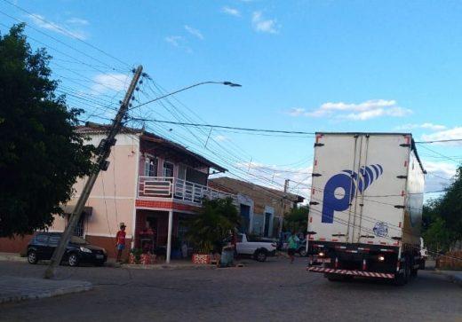 poste-520x363 Caminhão enrosca em fio e deixa bairro sem energia em Monteiro