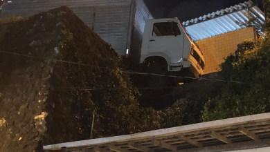 Caminhão que fazia mudança perde freio e fica pendurado em ladeira na PB 1