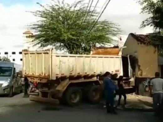 caminhao1-520x390 Caminhão desgovernado arrasta veículos e invade mercadinho em Campina Grande
