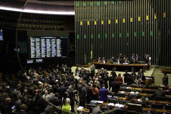 pzzb0130-585x390 PL sobre abuso de autoridade é aprovado na Câmara e segue para sanção
