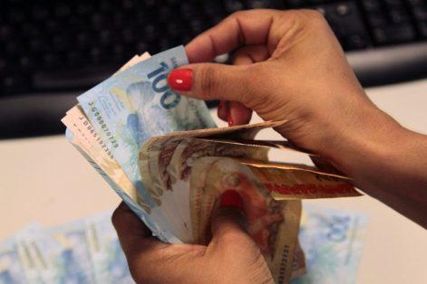 dinheiro-pagamento Estado paga salários de março dos servidores nos dias 30 e 31