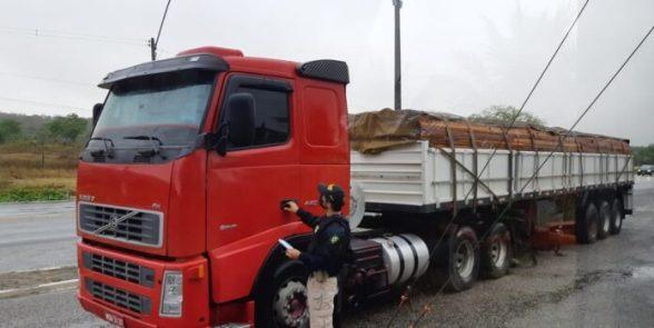 carreta-madeira-prf-pb-696x349-1 PRF apreende duas cargas de madeira ilegal do Pará na Paraíba