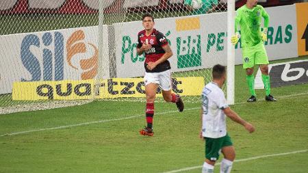 pedro-do-flamengo-celebra-gol-contra-o-goias-1602630623808_v2_450x253 Flamengo vira sobre o Goiás no Maracanã e cola no líder Atlético-MG