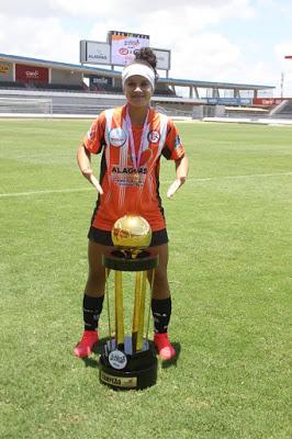 esquerdinha Atleta monteirense disputa Campeonato Brasileiro de futebol feminino série A2 por time de Alagoas