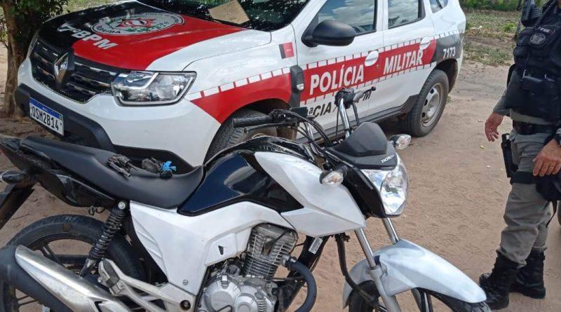 motorecuperada1-800x445-1 Polícia Militar prende trio, apreende arma de fogo e recupera motocicleta roubada