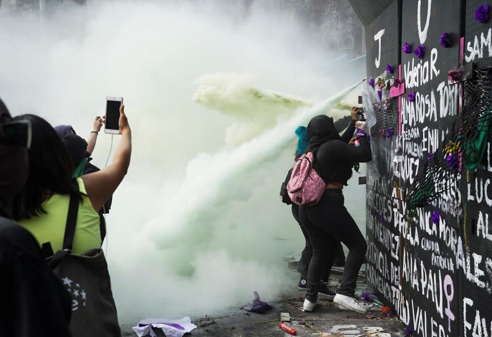 2021-03-08t225725z-1595484960-rc2a7m9agnzj-rtrmadp-3-womens-day-mexico Polícia usa gás lacrimogêneo para dispersar protesto durante o Dia da Mulher no México