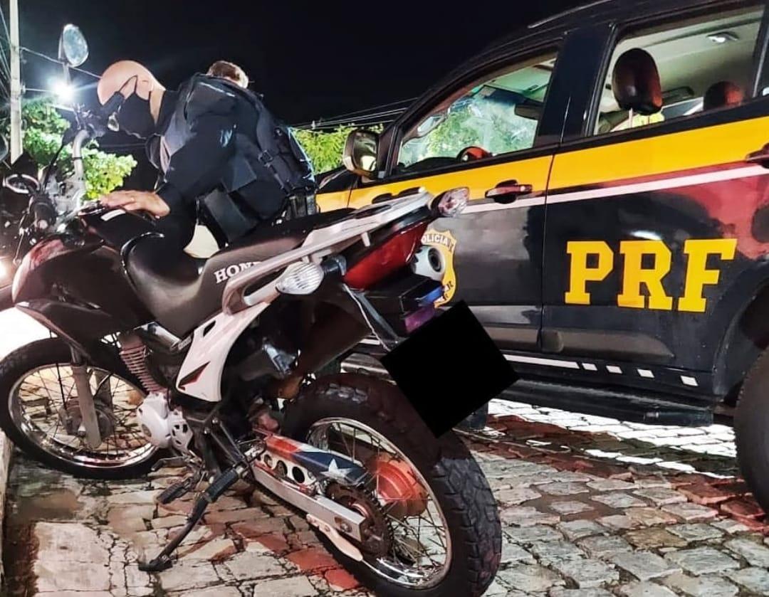 d11c1e45-5aa9-44dc-8aa1-ef4b05a07576 A PRF na Paraíba recuperou mais uma motocicleta roubada e que estava adulterada. A ação aconteceu no município de Sumé