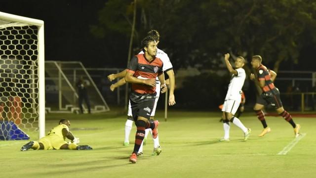 vitoria-x-treze Vitória joga mais de um tempo com um a menos, mas vence o Treze no Barradão