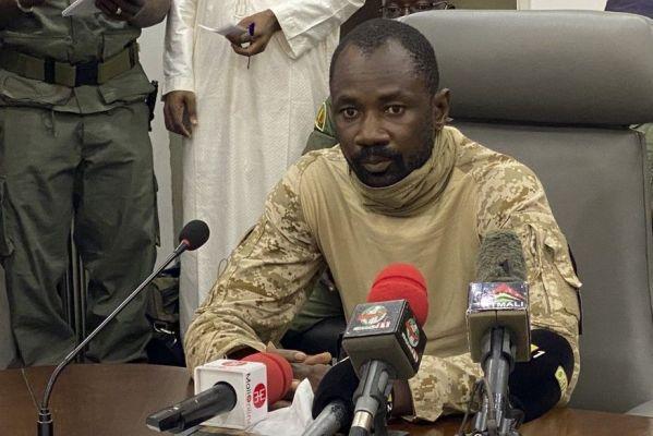 000-9ff394-599x400 Presidente interino do Mali sofre tentativa de ataque a faca em celebração
