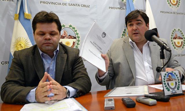 El Ministro de Economía, José Blassiotto junto al Jefe de Gabinete Ariel Ivovich - Foto: OPI Santa Cruz/Francisco Muñoz