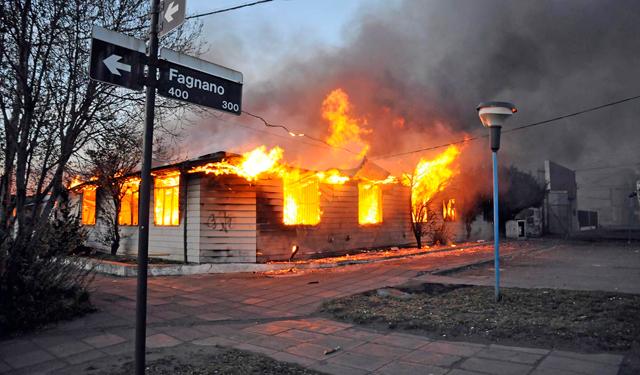 El edificio de planeamiento en llamas semanas atrás - Foto: OPI Santa Cruz/Francisco Muñoz