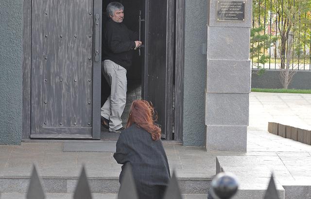 Lázaro Báez le abre la puerta del mausoleo a la Presidenta de la Nación - Foto: OPI Santa Cruz/Francisco Muñoz