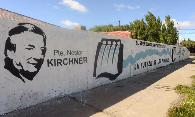 La represa Pte Néstor Kirchner pintada en un paredón en las calles de Río Gallegos - Foto: OPI Santa Cruz/Francisco Muñoz