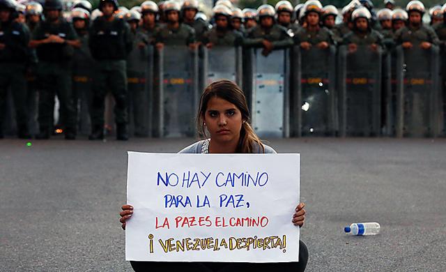 Un estudiante venezolano en medio de una manifestación - Foto: