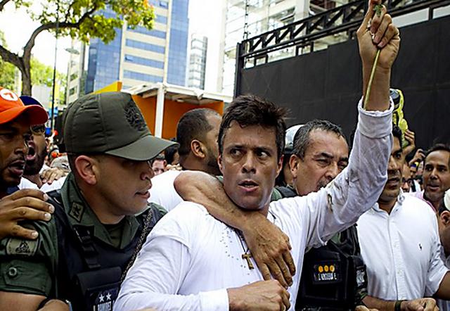Leopoldo Lopez ayer cuando se entregaba a la policía Bolivariana - Foto: