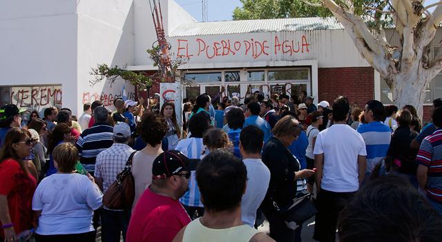 Los manifestantes frente al palacio comunal de Caleta Olivia - Foto: OPI Santa Cruz/Daniel Bustos