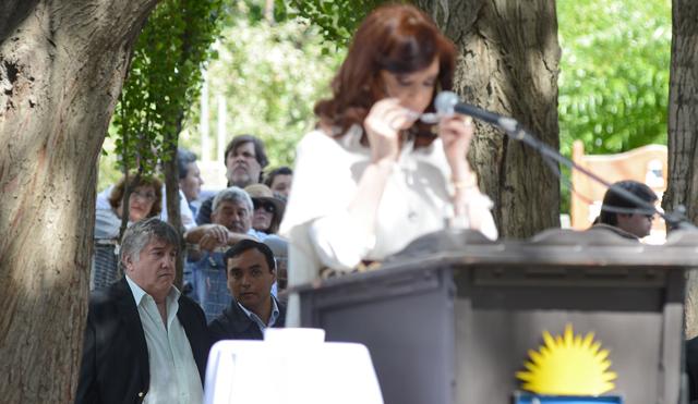 Ricardo Barreiro atras del escenario mientras Cristina Kirchner realizaba su discurso - Foto: OPI Santa Cruz/Francisco Muñoz