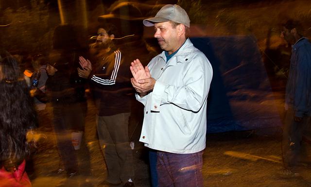 El cura párroco Néstor Zubeldia en la ruta Nº 3 - Foto: OPI Santa Cruz/Daniel Bustos