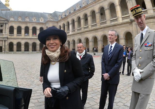 La presidenta Cristina Fernández es recibida con honores militares en el Palacio Nacional de los Inválidos en Paris - Foto: Presidencia