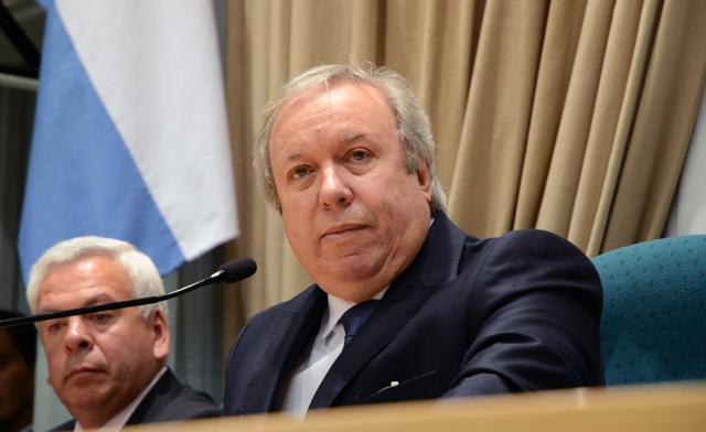 El Gobernador Daniel Peralta en su discurso en la Cámara de Diputados de Santa Cruz - Foto: OPI Santa Cruz/Francisco Muñoz