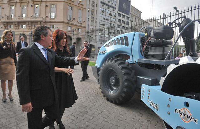 El gobernador Sergio Urribarri y la Presidenta Cristina Kirchner en la presentación de la cosechadora - Foto: Presidencia