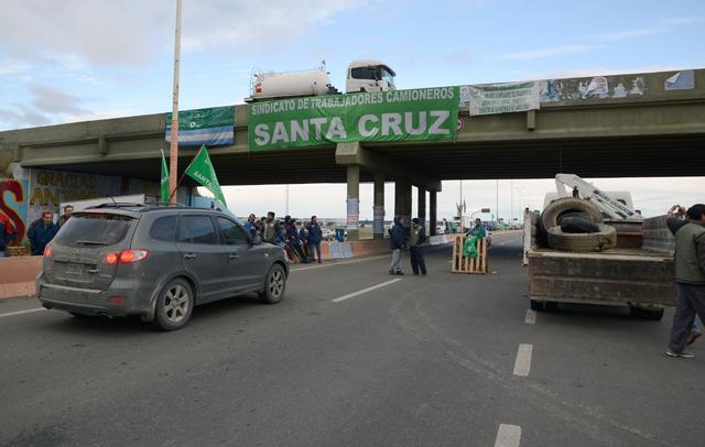 En el acceso a Río Gallegos el Sindicato de Camioneros mantiene un fuerte piquete - Foto: OPI Santa Cruz/Francisco Muñoz