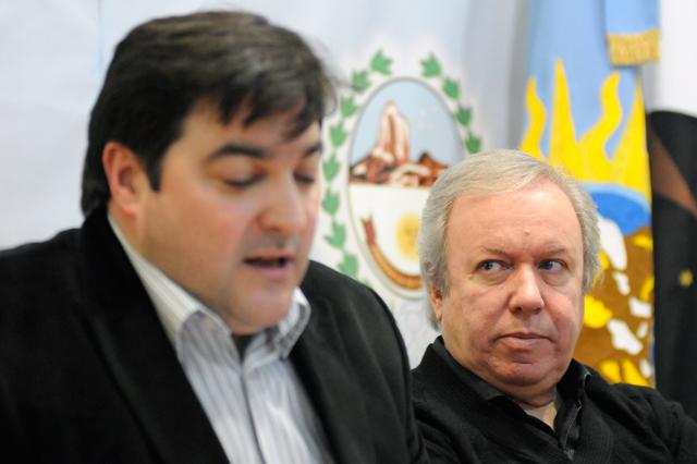 El Gobernador observa el Ministro Jefe de Gabinete Ariel Ivovich - Foto: OPI Santa Cruz/Francisco Muñoz