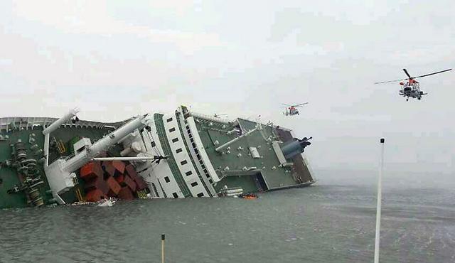 Dos muertos y al menos 290 desaparecidos al naufragar un barco en Corea del Sur
